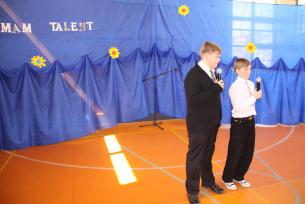 Prowadzący Piotr Helm i Maciej Marciniec-Mam Talent 2010