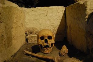 Jeden z pochówków średniowiecznych zachowany w podziemiach Kolegiaty.