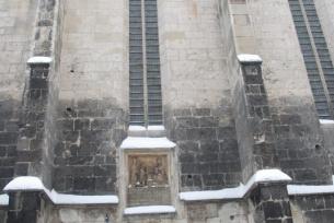 Ściana południowa Świątyni - widoczny portal gotycki a ponad nim Tablica Ere