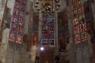 Ołtarz Główny wraz z witrażami.