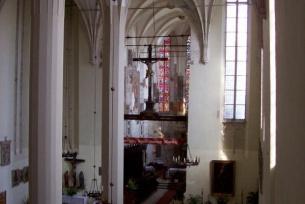 Widok na dwunawowe wnętrze kościoła.