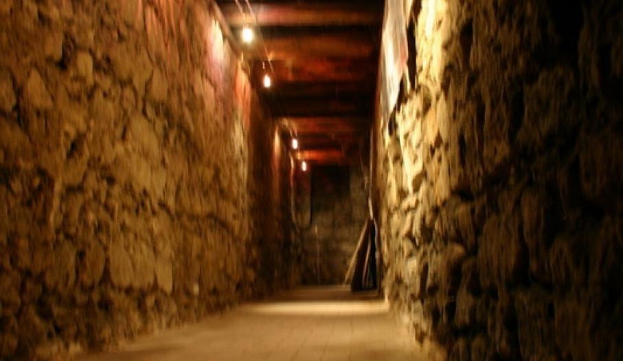 Tajemniczy korytarz w Piwnicach Domu Długosza